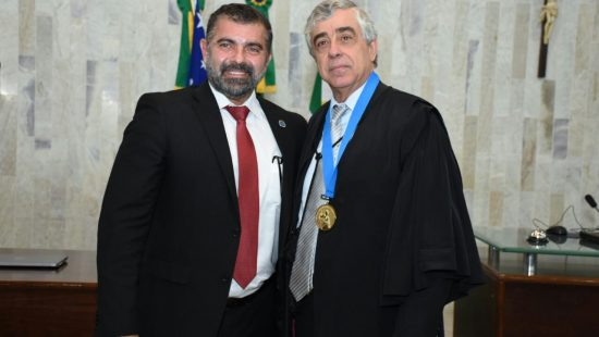 ASMEGO homenageia presidente do TJGO com a Grã-Medalha do Mérito Associativo