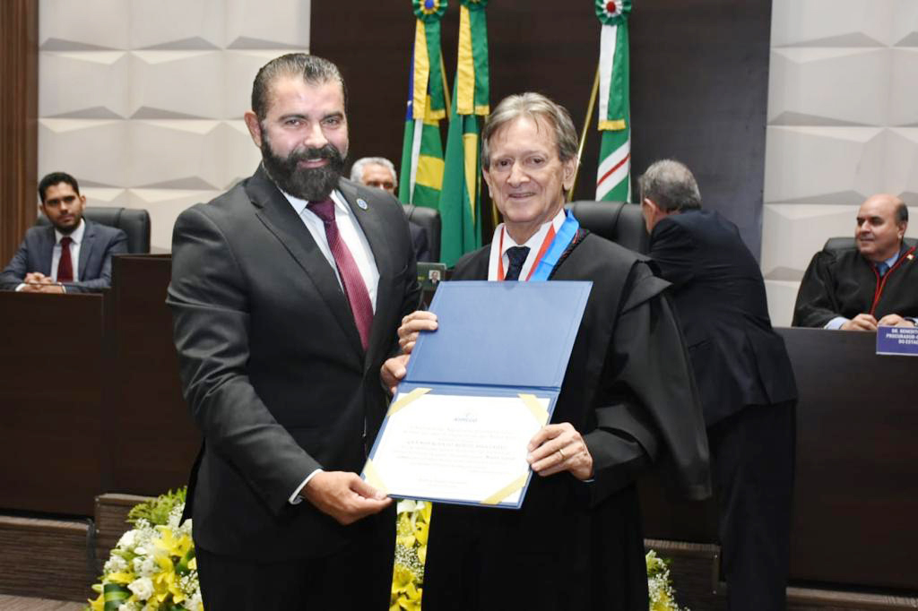Wilton M�ller entrega Gr� Medalha do M�rito Associativo ao novo presidente do TJGO